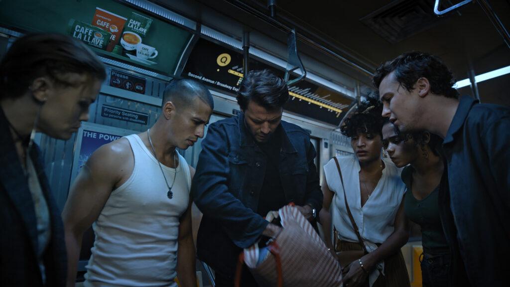 Die Hauptfiguren durchsuchen eine Tasche in einem U-Bahn-Waggon in Escape Room 2