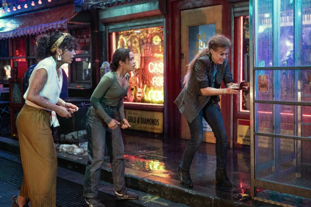 Die Gruppe an einer Telefonzelle im Regen in Escape Room 2