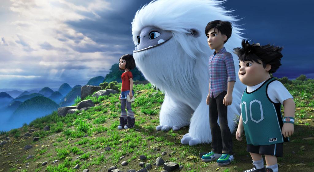 Yi, Everest, Jin und Peng stehen auf einer Wiese und blicken den Bergen entgegen