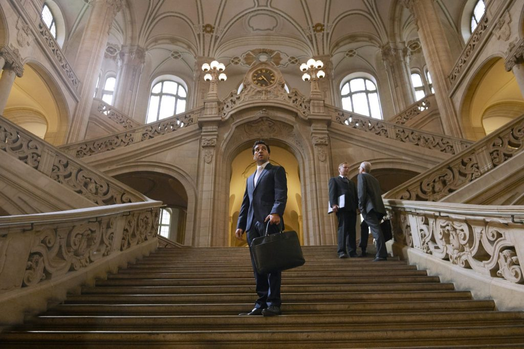 Caspar Leinen steht auf der Treppe des Gerichtsgebäudes