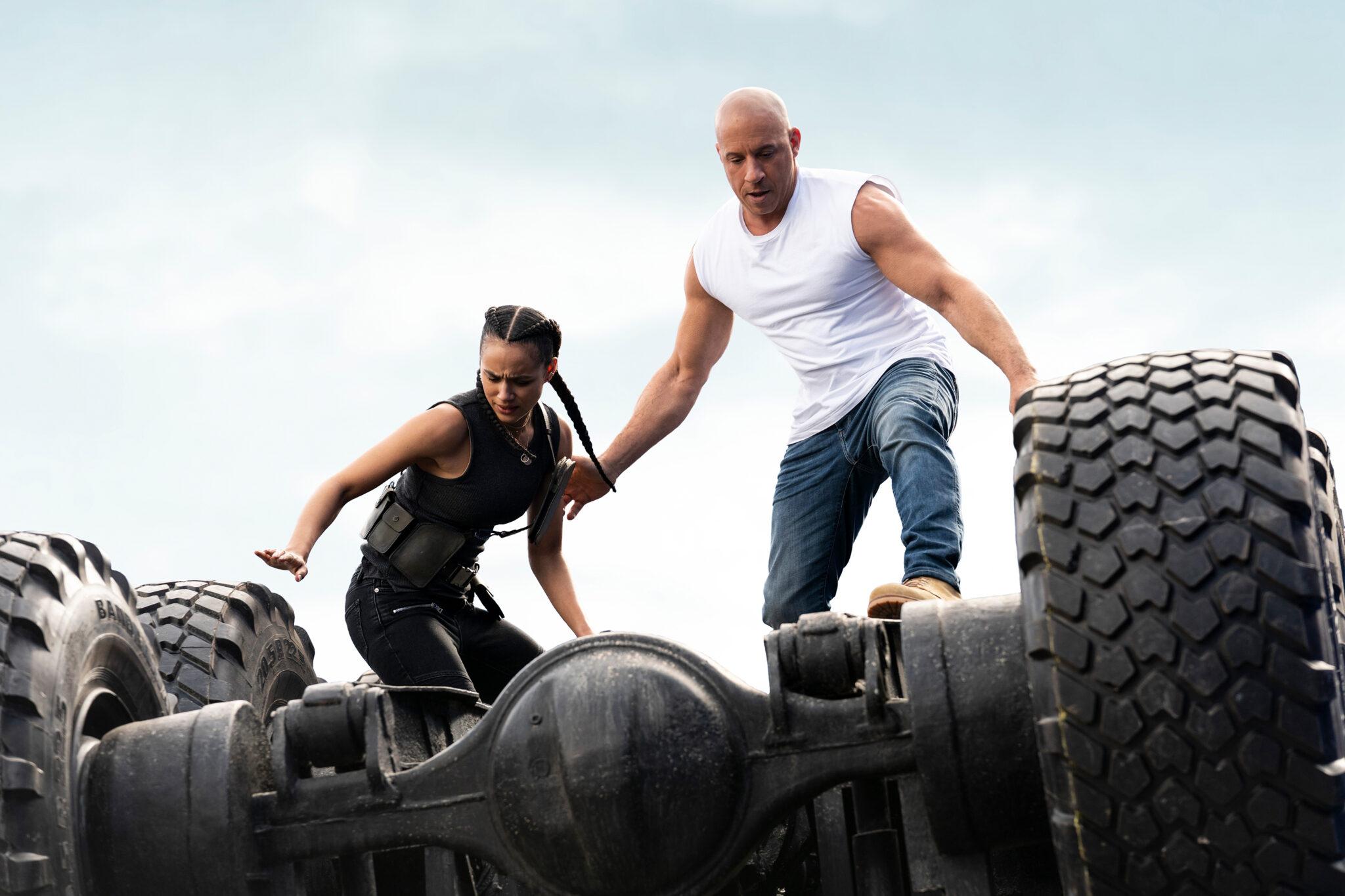 Ramsay (Nathalie Emmanuel) und Dom (Vin Diesel) stehen konzentriert auf einem Fahrzeug, bei dem offenbar das Chassis fehlt.