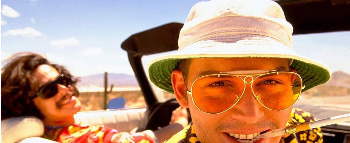 Johnny Depp mit Hut, Sonnenbrille und Zigarette im Auto in Fear and Loathing in Las Vegas