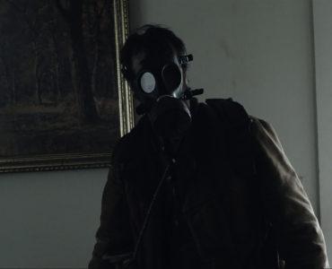 Mund-Nasen-Schutz: Jack (Carter Roy) durchsucht fremde Häuser mit Gasmaske nach Nahrungsmitteln. © Tiberius Film