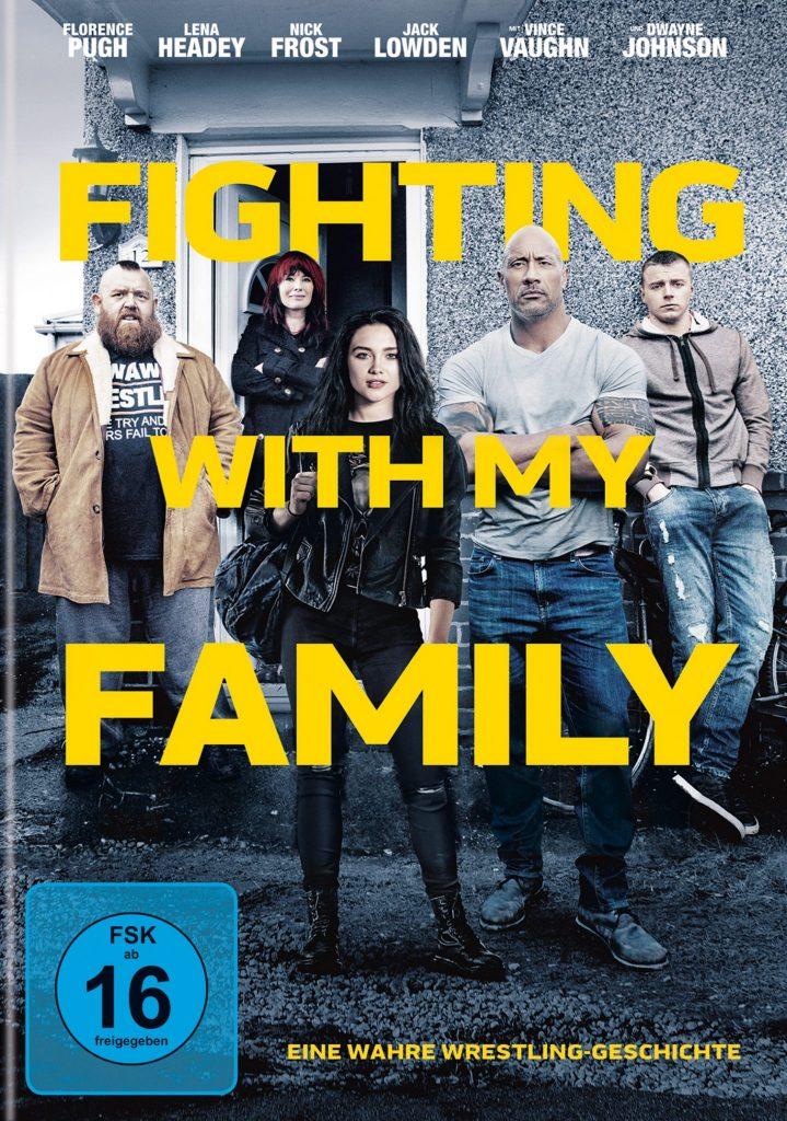 """Das Plakat zu """"Fighting with my Family"""", zeigt die Damilie vor einem Haus stehen"""