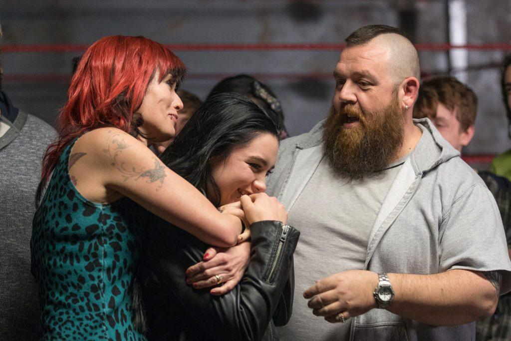 Julia und Ricky umarmen ihre Tochter Saraya in Fighting with my Family