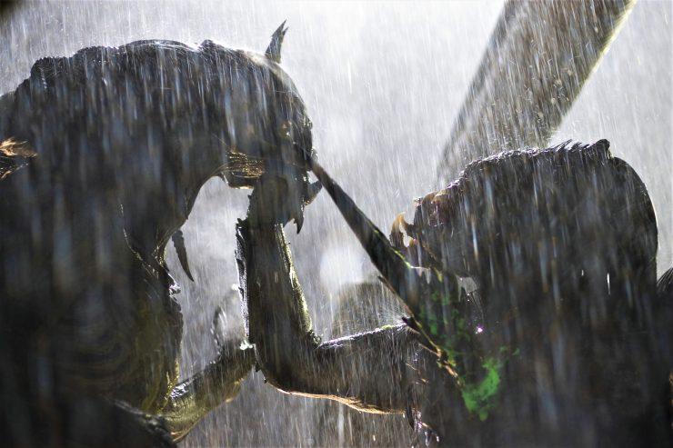 Alien und Predator kämpfen im Regen in Alien vs. Predator