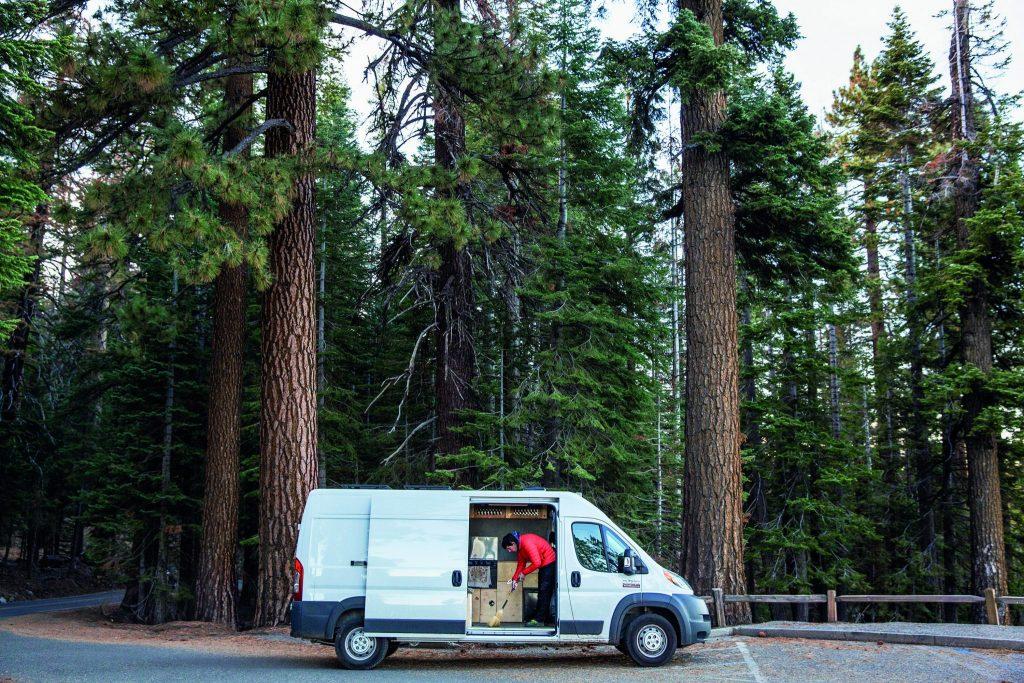 Alex Honnold kehrt mit einem Besen seinen Van © capelight pictures