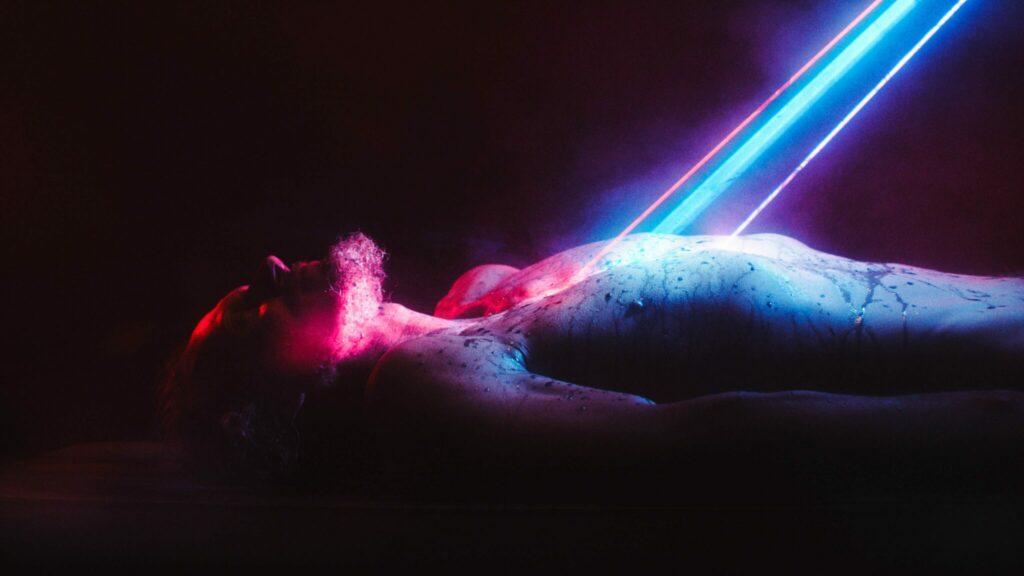 Barry liegt nackt auf dem Boden und von oben zielt ein Strahl auf ihn © Rock Salt Releasing