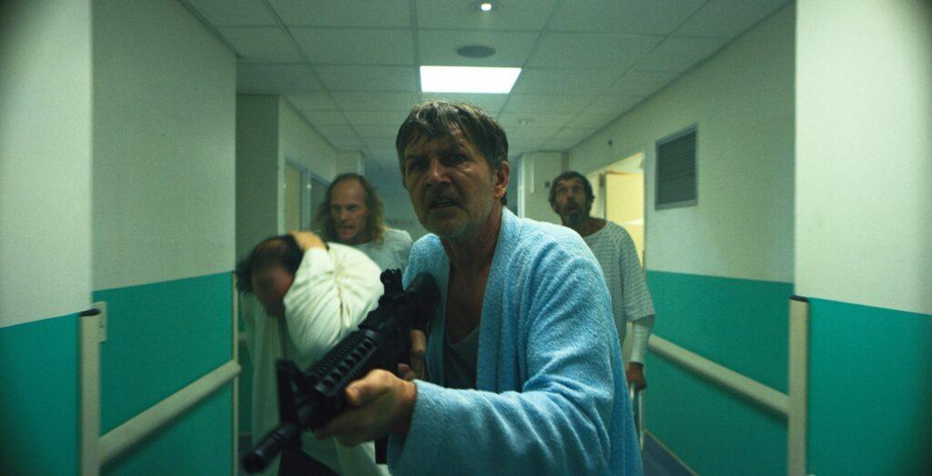 Barry steht im Hintergrund mit anderen Leuten und im Vordergrund steht jemand mit einer Waffe in Fried Barry