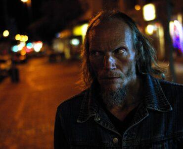Barry steht nachts auf der Straße und schaut zur Seite in Fried Barry