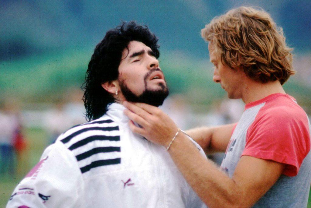 Diego Maradona beim Trainig, wird massiert