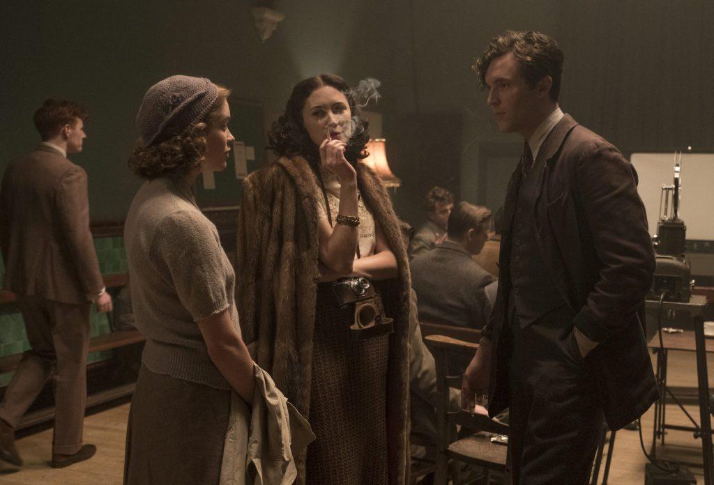 Die junge Joan (links) wird durch ihre Freundin Sonya (Mitte, Tereza Srbova) in einem dunklen studentischen Filmvorführsaal mit Leo bekannt gemacht. Die Drei bilden ein Dreieck, Leo steht recht, Sonya in der Mitte und Joan links. | Geheimnis eines Lebens