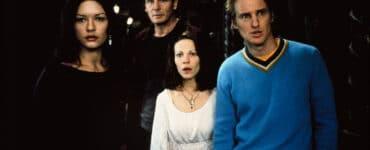 Catherine-Zeta Jones, Liam Neeson, Liliy Taylor und Owen Wilson aus Das Geisterschloss tragen Alltagskleidung und stehen in einem dunklen Flur mit flackerndem Kerzenlicht. Sie schauen entsetzt und überrascht, was um sie herum merkwürdiges passiert.