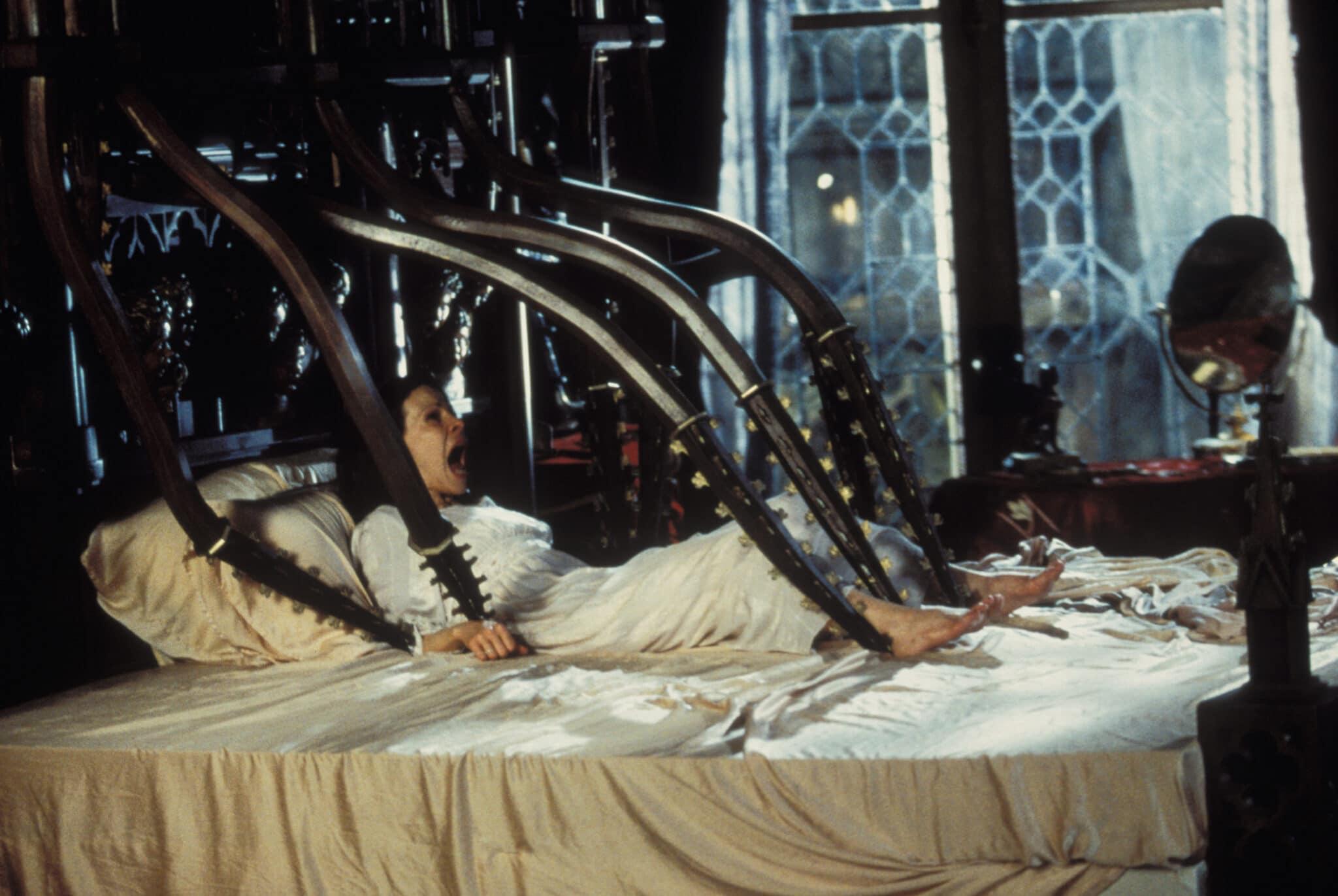 Nell aus Das Geisterschloss liegt im Nachthemd in ihrem Bett, ihre Hände und Füße sind mit hölzernen Ranken, die aus dem Bett herauswachsen, fixiert. Sie versucht sich zu befreien und schreit.