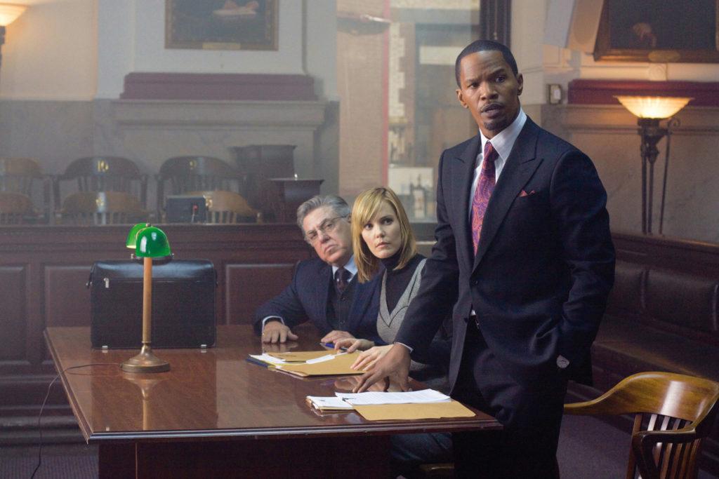 Jamie Foxx als Staatsanwalt Nick Rice steht im Gericht, neben ihm Leslie Bibb und Bruce McGill