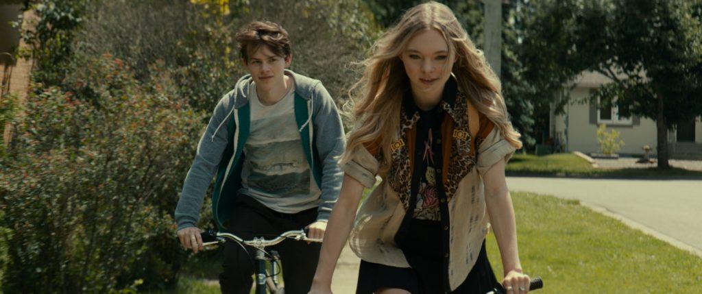 Franky (Josh Wiggins) und Natasha (Taylor Hicks) fahren auf Fahrrädern voreinander her in Giant Little Ones. © EuroVideo