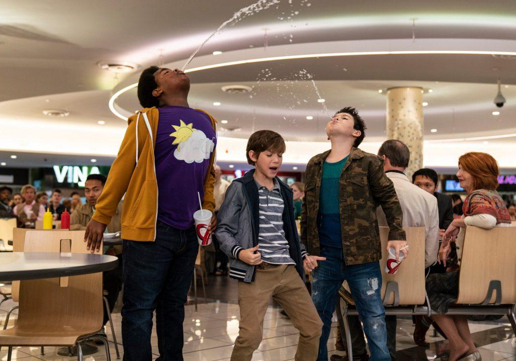 In der Mitte ist Max (Jacob Tremblay) zu sehen, rechts und links von ihm spucken Thor (Brady Noon) und Lucas (Keith Williams) eine durchsichtige Flüssigkeit in die Luft in Good Boys, erhältlich auf DVD & Bluray (© Universal Pictures)
