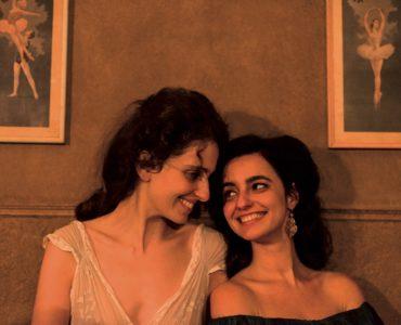 In die Sehnsucht der Schestern Gusmão sitzen Eurídice und Guida dicht nebeinander und lachen