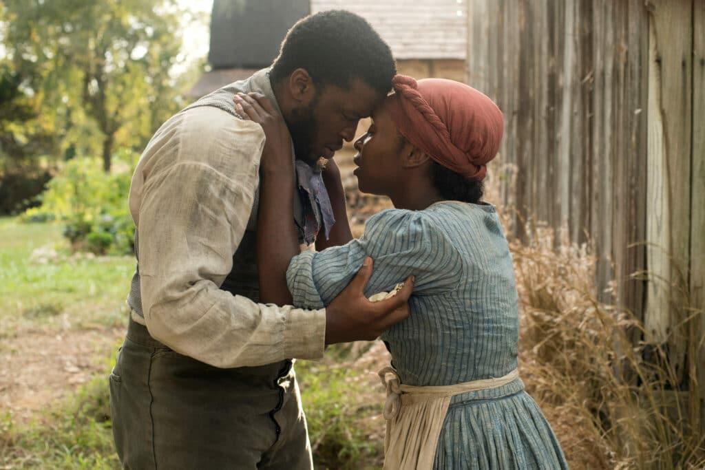 Harriet (Cynthia Erivo) umarmt in Harriet - Der Weg in die Freiheit ein letztes Mal ihren Ehemann.