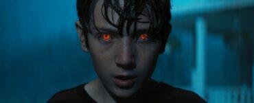 Brandon sieht mit rot leuchtenden Augen in die Kamera