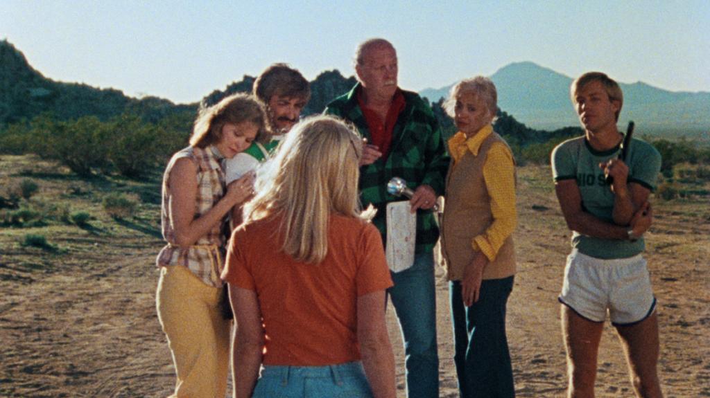 Die Familie Carter steht zusammen in der Wüste in The Hills Have Eyes