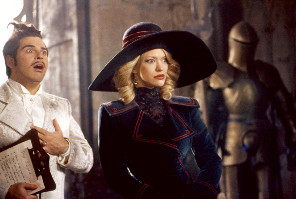 Charles und Gräfin Leonora zu Etepetete schauen extrem überrascht in der Halle des Schlosses, Hui Buh - Das Schlossgespenst.