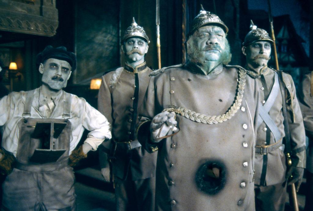Major Servatius Sebaldus und seine Männer sehen in ihren preußischen Uniformen gespenstisch aus in Hui Buh - Das Schlossgespenst
