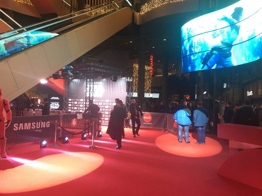 Roter Teppich bei der Star Wars Episode IX Premiere, Rolltreppe, überall Gäste