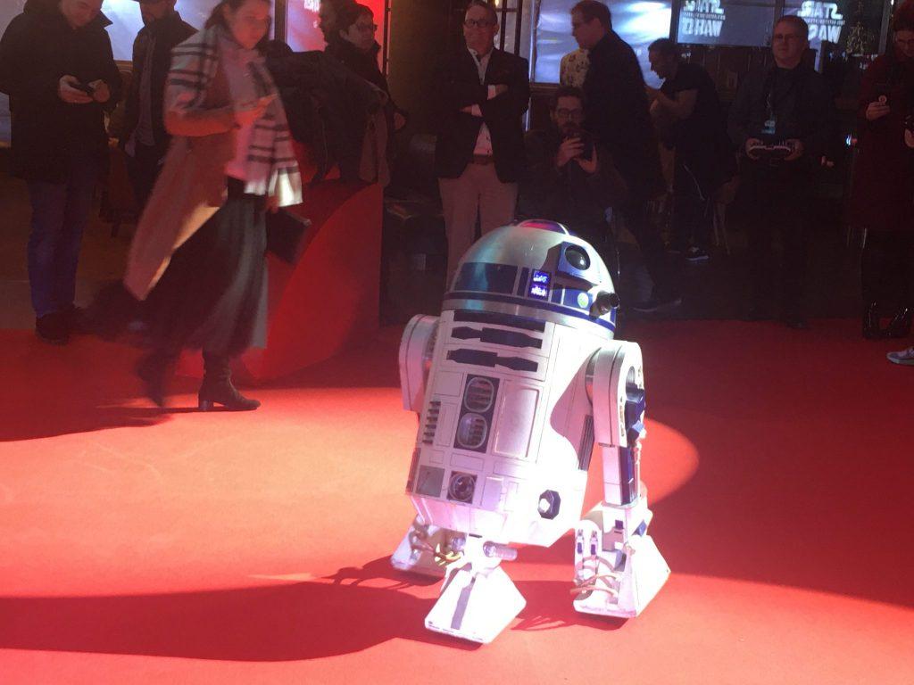 R2D2 auf dem roten Teppich zu Star Wars Episode IX in Köln, um ihn viele Leute
