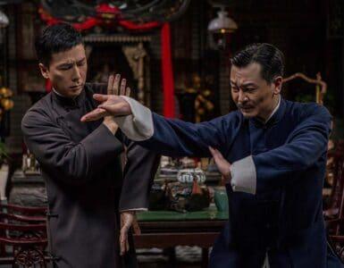 Ip Man (Donnie Yen) kämpft vor einem Esstisch konzentriert und kontrolliert mit einem anderen Meister chinesischer Kampfkunst.