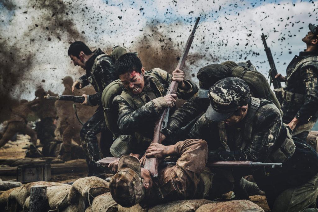 Die südkoreanischen Soldaten stürmen den Graben der Nordkoreaner und drücken dabei einen Gegner mit dem Gewehr am Hals auf den Boden