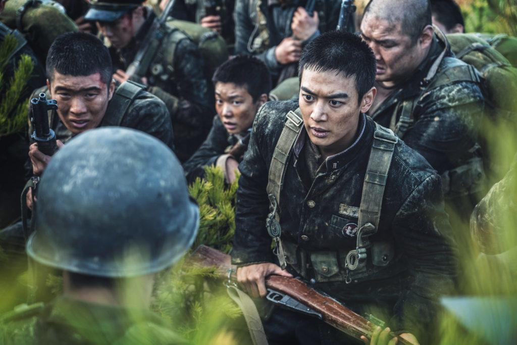 """Das Bataillon bespricht im grünen Gras die nächste Taktik in """"Bataillon der Verdammten - Die Schlacht um Jangsari"""""""