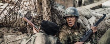 """Hinter ihrer Deckung schießt ein Südkoreaner auf die Gegner, während der andere nach Atem schnappt in """"Bataillon der Verdammten - Die Schlacht um Jangsari"""""""