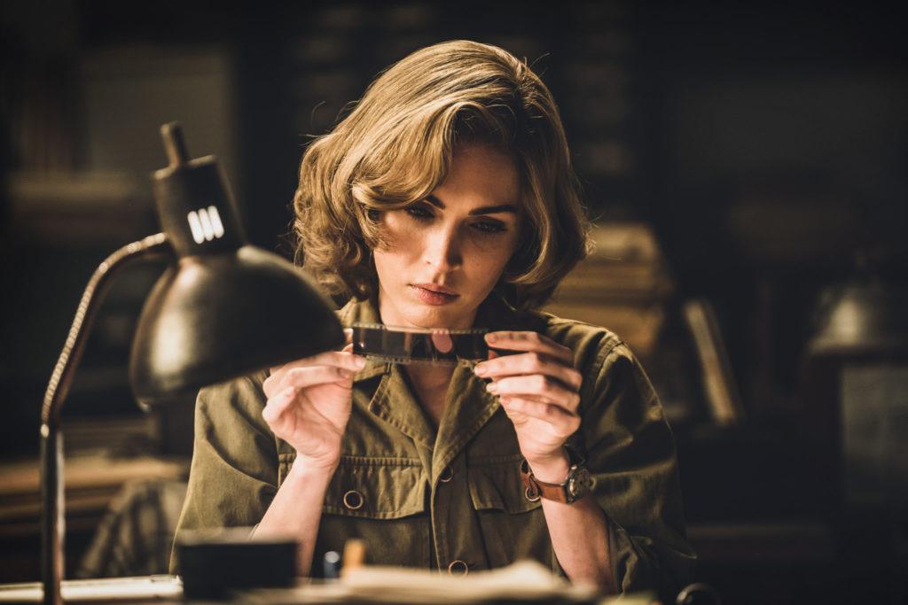 Maggie (Megan Fox) betrachtet im U.S. Quartier einen Zelluloid-Film