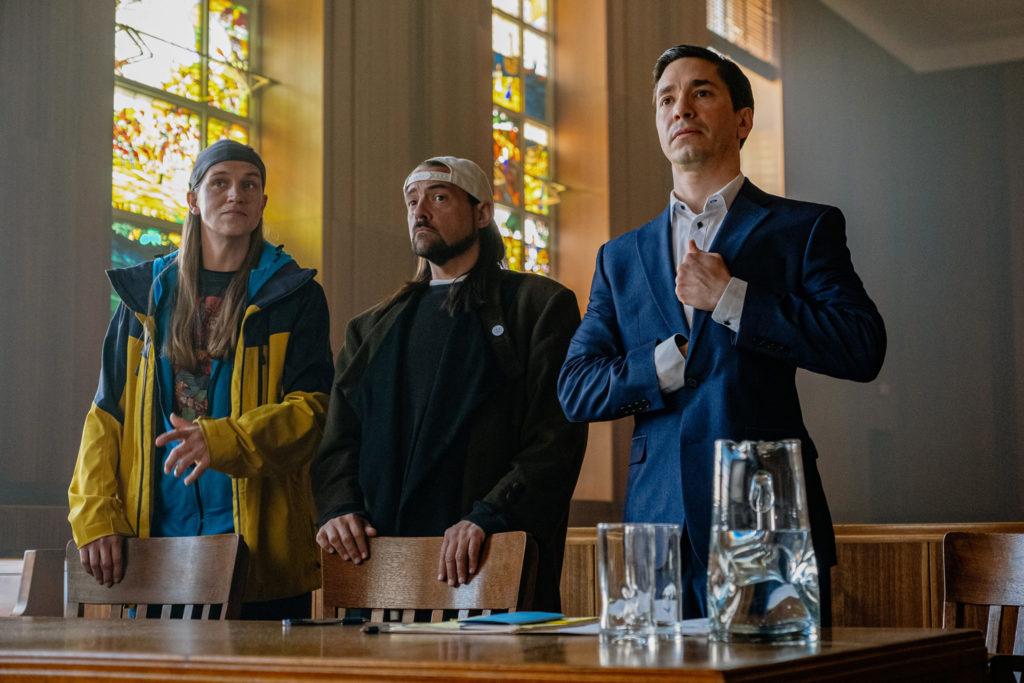 Jay (Jason Mewes) und Silent Bob (Kevin Smith) mit ihrem Anwalt (Justin Long) stehend und verwirrt vor Gericht.