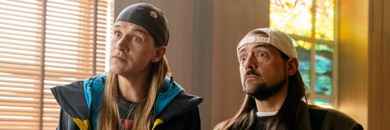 Jay (Jason Mewes) und Silent Bob (Kevin Smith) stehen mit fassungslosem Gesichtsausdruck vor Gericht.