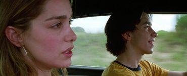 Justin Long als Darry und Gina Philips als Trish setzen zusammen im Wagen in Jeepers Creepers