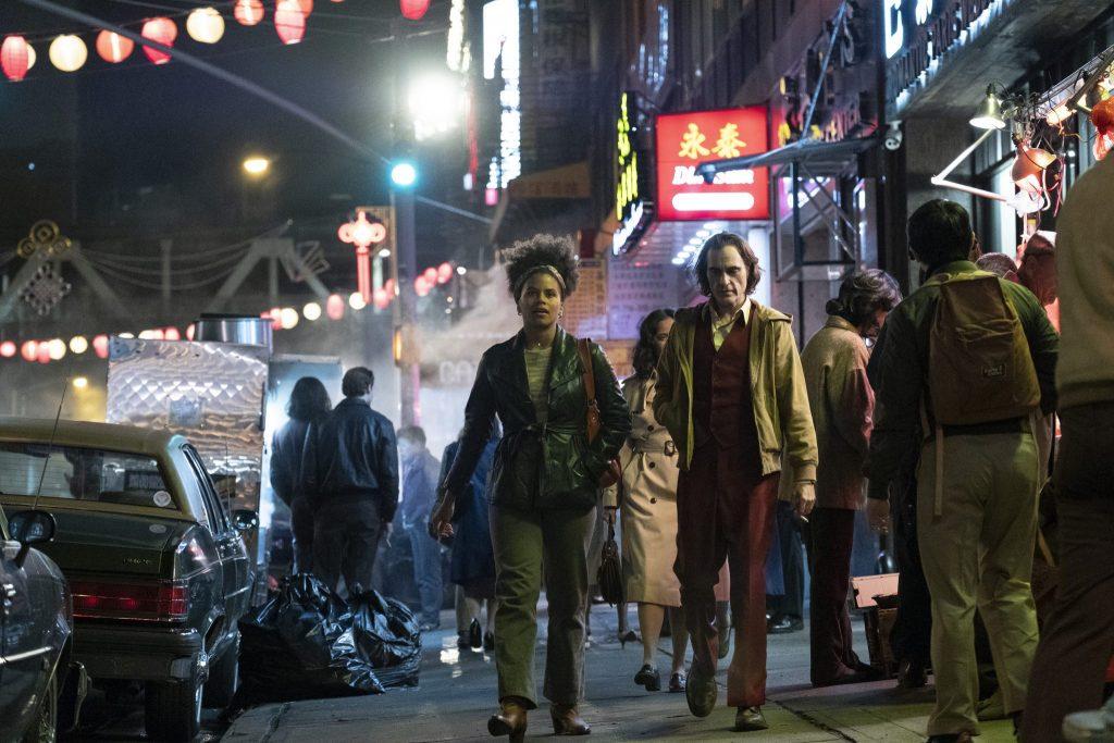 Arthur geht mit seiner Nachbarin Sophie im Dunkeln durch Gothams Straßen
