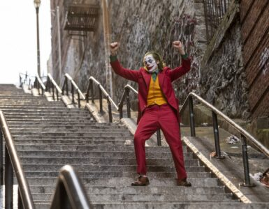 Arthur Fleck als Joker (Joaquin Phoenix) tanzt verrückt auf einer Treppe