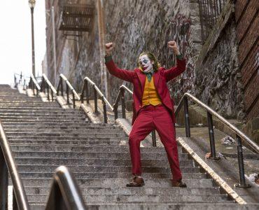 Arthur Fleck als Joker tanzt in voller Verkleidung die Treppe hinab