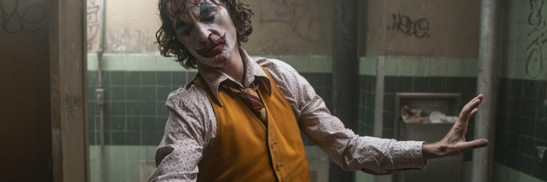 Arthur Fleck als Joker beim tanzen in einem Badezimmer