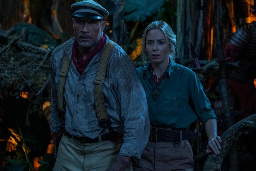 Frank und Lily auf ihrem Amazonas-Abenteurer. Es ist recht dunkel und sie stehen mitten im Urwald und machen überraschte Gesichter.