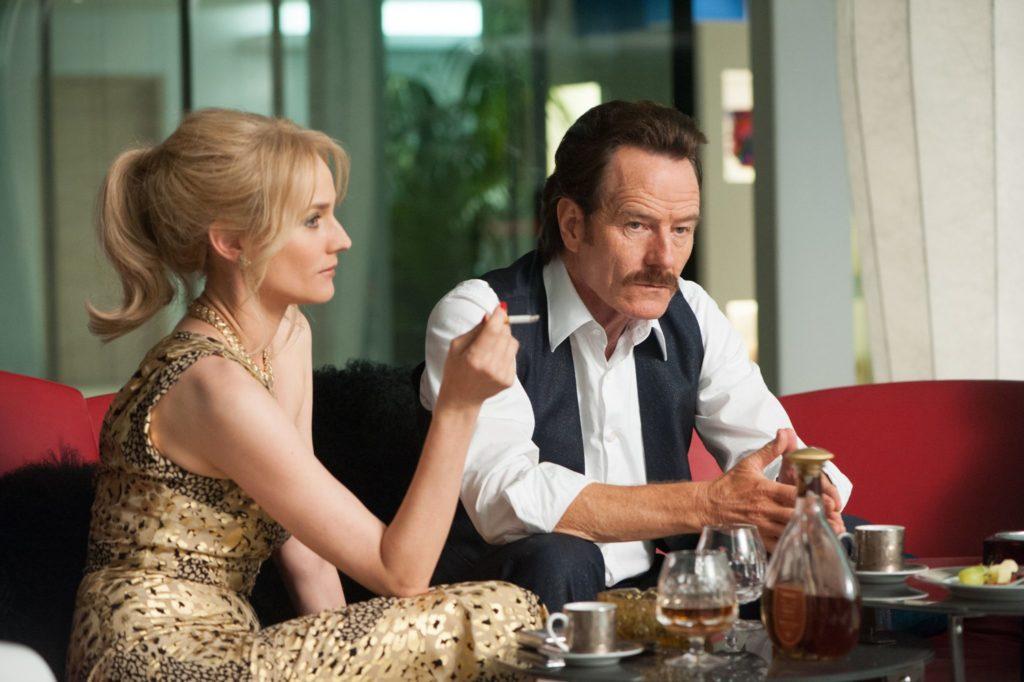 Diane Kruger und Bryan Cranston sitzen auf einem Sofa, beide sehen angespannt aus