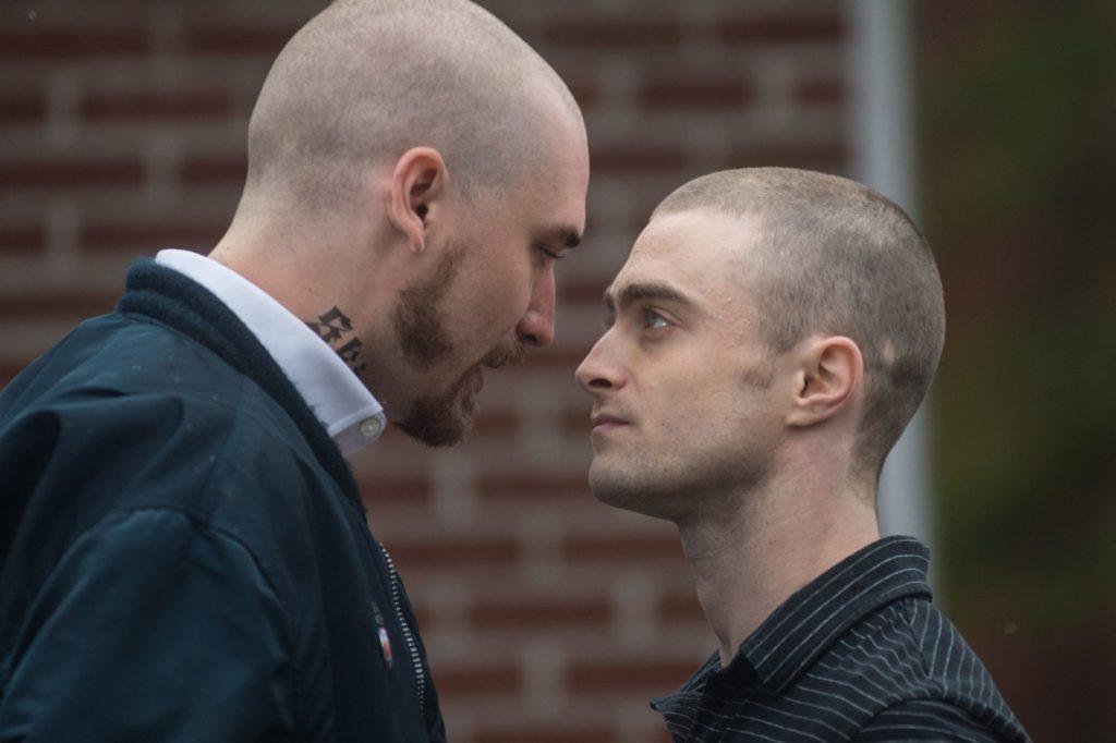 Nate und ein Nazi sehen sich in die Augen, Radcliffe ist kleiner als sein gegenüber in Imperium