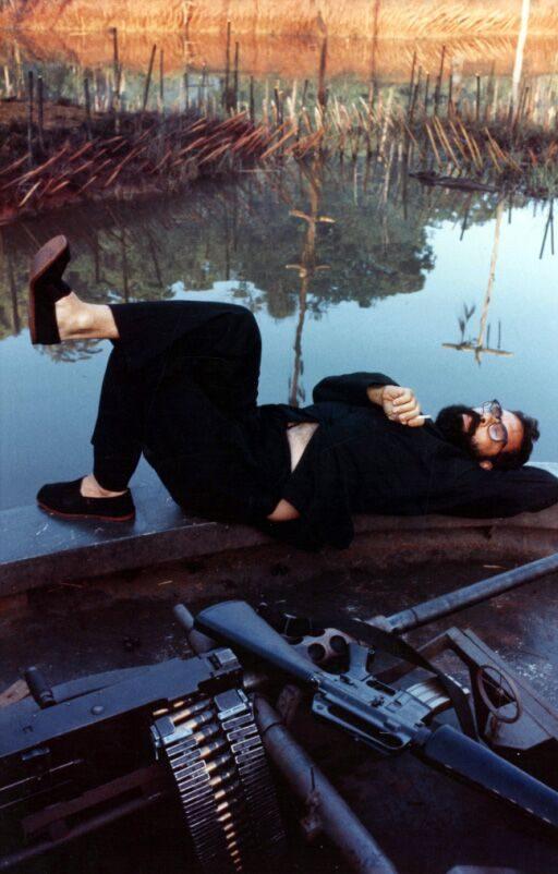 Regisseur Francis Ford Coppola liegt bei den Dreharbeiten zu Apocalypse Now auf einem Boot und guckt gen Himmel