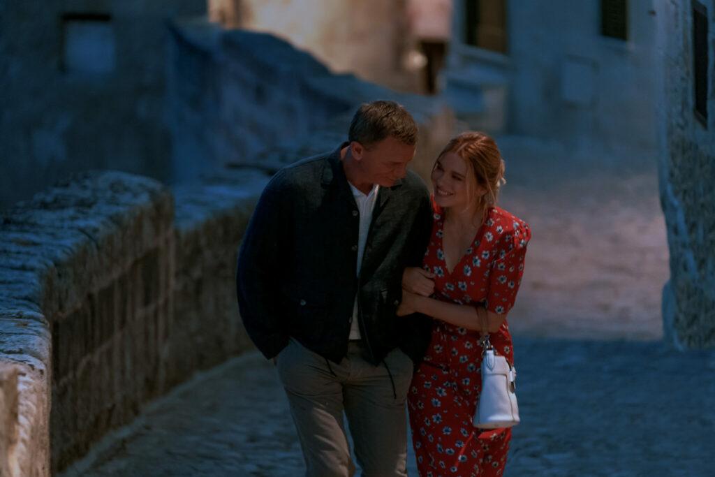 James Bond und Madeleine Swann gehen verliebt spazieren und ahnen noch nichts von den neuen Abenteuern in Keine Zeit zu sterben