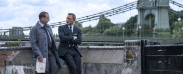 Ralph Fiennes als M und James Bond unterhalten sich in Keine Zeit zu sterben