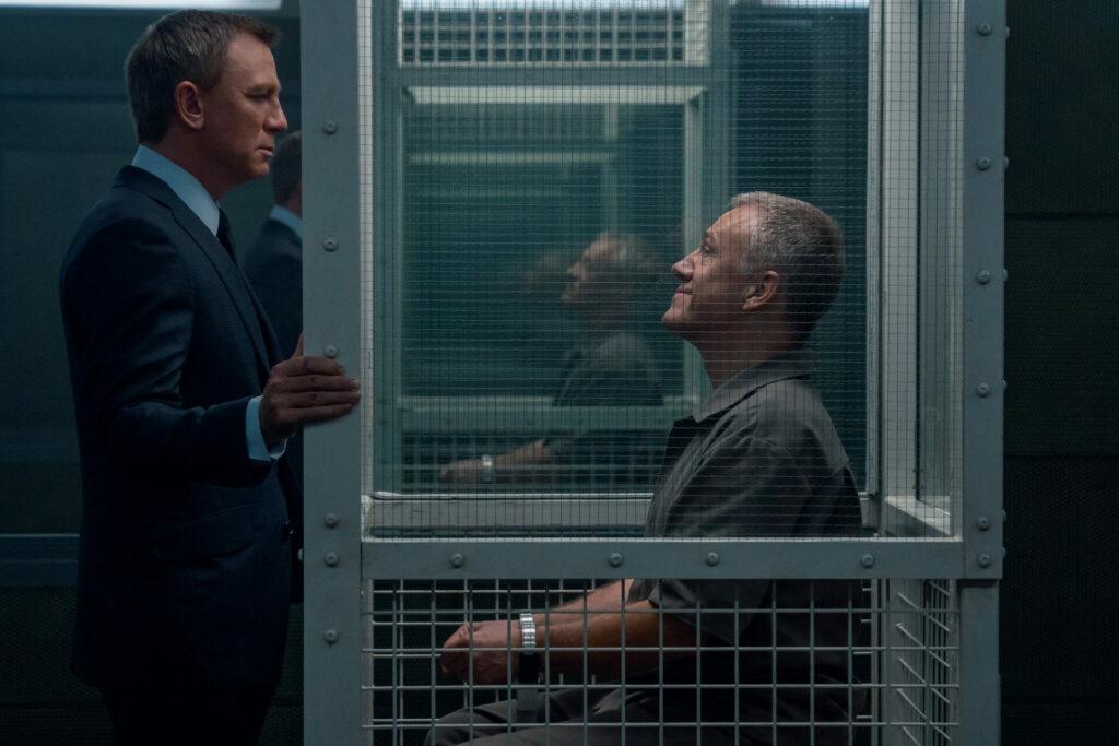 James Bond trifft Blofeld (Christoph Waltz) in seinem Gefängnis in keine Zeit zu sterben