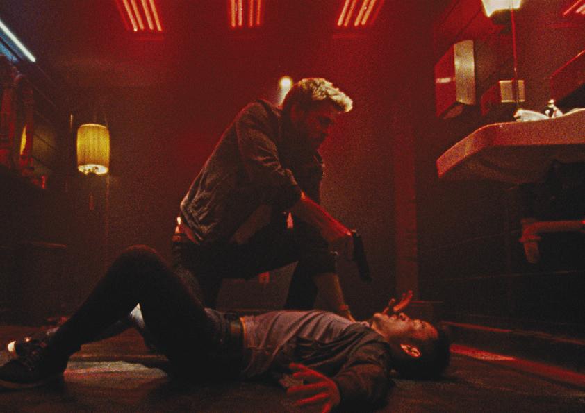 Liam Hemsworth bedroht einen Mann am Boden mit dem Revolver in Killerman