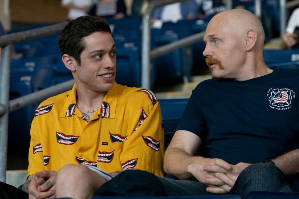 Scott (Pete Davidson) und Ray (Bill Burr) sitzen auf der Tribüne und schauen Baseball in The King of Staten Island.